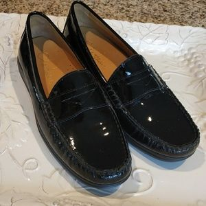 Cole has ladies loafers sz 5.5 new condition.